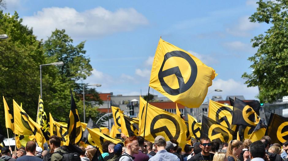 """Im Zeichen des Lambda: Kundgebung der """"Identitären Bewegung"""" in Berlin."""