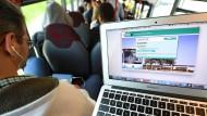 Vier mehr: Der RMV führt neue Schnellbuslinien ein - hier ein Schnellbus nahe Hofheim