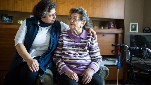 Ambulante Pflegedienste -  Eine ambulante Pflegekraft wird zu 3 Patienten an unterschiedlichen Wohnorten begleitet
