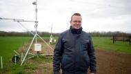 Begeisterter Datensammler: Bauer Stefan Wagner vor seiner Wetterstation nahe des Kronenhofs