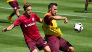 Tatendurstig aus dem Urlaub zurück: Haris Seferovic (rechts) lässt sich von Bastian Oczipka nicht den Ball abjagen.