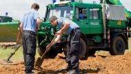 Spurensuche: Auch mit Spaten und schwerem Gerät durchforsteten Polizisten im Juni 2014 einen Reiterhof in Maintal auf der Suche nach dem vermissten Frankfurter Ehepaar