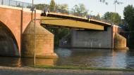 Zunächst werden nur die Pfeiler ertüchtigt. Auf neue Sandsteinbrüstungen muss die Alte Brücke noch warten.