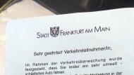 """Zettel des Anstoßes: """"Amtliche"""" Ermahnung für SUV-Fahrer, aufgetaucht in Frankfurt am Main"""