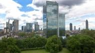 """Einzelgänger: Das """"Hochhaus am Park"""" steht abseits der Frankfurter Bankentürme, direkt neben dem Westend-Campus der Goethe-Universität."""