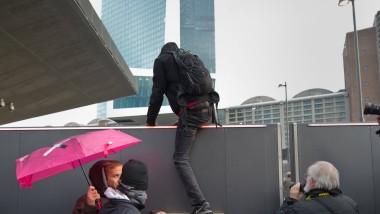 Überraschung: Die Polizei hat nicht mit der Kletter-Aktion am Zaun der Europäischen Zentralbank im Rahmen der Blockupy-Demonstration gerechnet