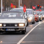 Nett anzusehen: Der Autocorso vor dem Rüsselsheimer Opelwerk.
