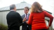 Zuspruch: EKHN-Präsident Jung im Gespräch mit Kirchenasylanten - die Aufnahme entstand im Dezember 2014 in Groß-Gerau