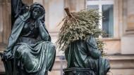 Nicht fachgerecht: An einem Denkmal in Frankfurt haben Unbekannte einen Weihnachtsbaum entsorgt.
