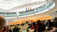 Hessischer Landtag: Ministerpräsident Volker Bouffier (CDU) spricht in der konstituierenden Sitzung des Landtags nach seiner Wiederwahl zu den Abgeordneten.