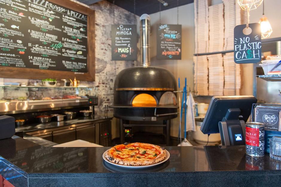 """Pizza, wie es das Herz begehrt: Der neapolitanische Pizzaofen im """"Super Bro's""""."""