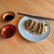 Aufwendig, aber phänomenal aromatisch: die asiatischen Teigtaschen mit zwei Soßen