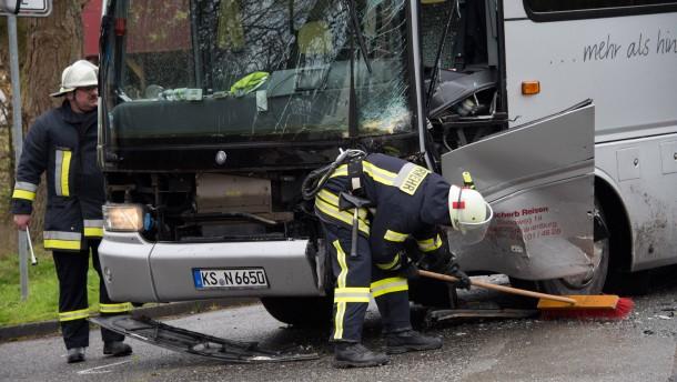 Drei Verletzte bei Busunfall in Nordhessen