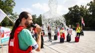 Gewerkschafter fordern weniger befristete und mehr unbefristete Stellen an den Universitäten – so wie bei einer Aktion in Frankfurt an der Goethe-Uni