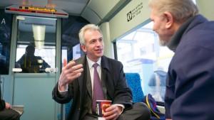 Ein Oberbürgermeister fährt Straßenbahn