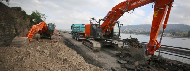 Grabungen: Die B42 zwischen Rüdesheim und Assmannshausen wird derzeit nach Bomben aus dem Zweiten Weltkrieg abgesucht.