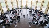 """Von der Uni in die Glaspaläste der Unternehmen: Studenten in der Rotunde des Hauptgebäudes der Uni Frankfurt, wo jüngst Recruiting unter dem Titel """"Best Student Challenge"""" stattfand."""
