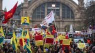 Protestzug: Kurdische und linke Demonstranten in Frankfurt fordern die Freilassung Abdullah Öcalans und die Legalisierung der PKK.