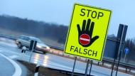 Verkehrte Richtung: Solche neongelbe Warnschilder sollen Autofahrer davor bewahren, falsch auf Autobahnen aufzufahren.