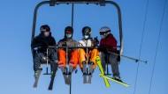 Notwendiges Accessoire: Auch in vielen Schweizer Skigebieten sind in dieser Wintersaison Schutzmasken vorgeschrieben.