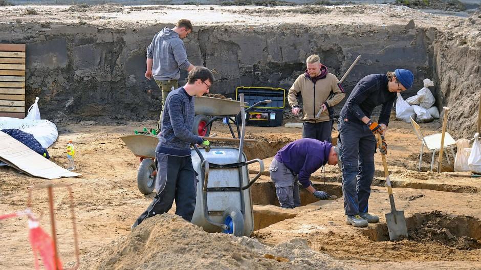"""Schippen für die Wissenschaft: Teile des römischen Kastells """"Auf Esch"""" werden ausgegraben."""