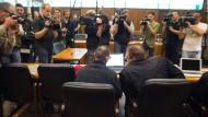 Der Lebensgefährte der Angeklagten, Abdelkarim E., vor seinem Prozessbeginn im August (l.). Seine Frau wurde - im Gegensatz zu ihm - freigesprochen.