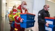 Paketboten: Ein mobiles Impfteam des Arbeiter-Samariter-Bundes holt in der Frankfurter Festhalle Impfdosen in Kühlbehältern ab
