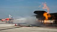 Wasser marsch! Die Bekämpfung von Großfeuern wird regelmäßig an Attrappen geübt, damit die Feuerwehrleute im Ernstfall wissen, was zu tun ist.