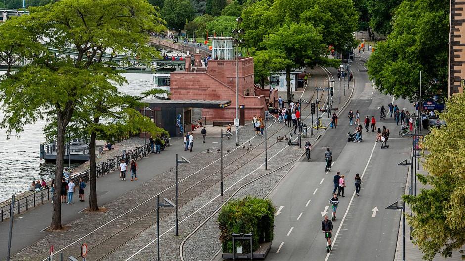Streitpunkt: Der autofreie Frankfurter Mainkai vor dem Eisernen Steg im Sommer, den SPD und Grüne nach der Kommunalwahl wieder autofrei gestalten wollen.