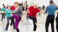Erste Schritte: Laien beim Tanzworkshop im Wiesbadener Staatstheater