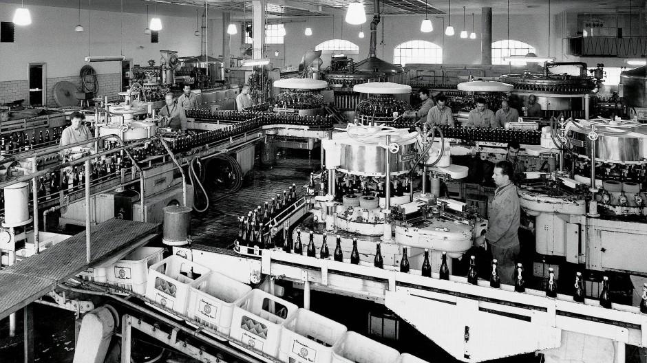 Flüssiges Gold: Die erste Flaschenbierabfüllung der Binding-Brauerei wird 1905 in Betrieb genommen.