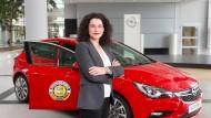 Auto und Lippen rot: Tina Müller, Marketingvorstand von Opel, bevorzugt Twitter für ihre direkte Kommunikation