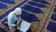 Inspiration: Ein junger Muslim liest im Koran.