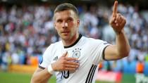 Lukas Podolski hat bei der Europameisterschaft nur wenige Minuten gespielt, sein Trikot ist trotzdem wertvoll. Der Schätzpreis liegt bei 6000 Euro.