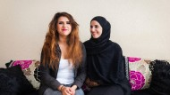 Eine Familie, zwei Kulturen: Rabia Bechari trägt Kopftuch, ihre Tochter Nadia verzichtet darauf und hat einen Faible für modische Kleidung und Make-up.