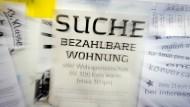 Eine von unzähligen: Suchanzeige für eine bezahlbare Wohnung an einem Schwarzen Brett in der Frankfurter Goethe-Universität. Die Wohnungsnot in der Rhein-Main-Region droht zum gesellschaftlichen Sprengstoff zu werden.
