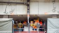 Anheben der Schiersteiner Brücke: Arbeiter an einer hydraulischen Presse.