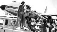 Urlaubsstimmung: Fluggäste von Condor, fotografiert 1971 vor einem Jumbo-Jet der Charter-Linie