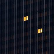 Im Homeoffice: Wenige Fenster eines Frankfurter Büros sind erleuchtet.