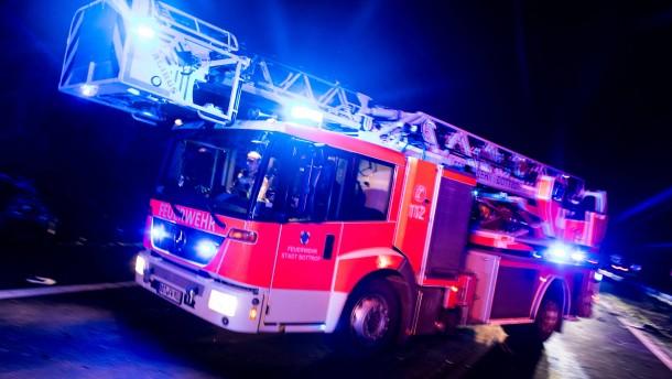 Stundenlange Löscharbeiten wegen Feuer in Lagerhalle