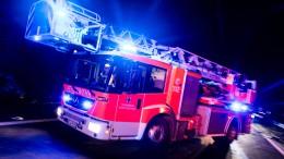 Stundenlange L?scharbeiten wegen Feuer in Lagerhalle
