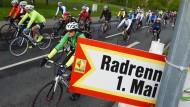 Der Radklassiker 2015: Radfahrer passieren einen Wegweiser auf der Strecke des Radrennens am 1. Mai. Nach einem Bombenfund wurde die Veranstaltung abgesagt.