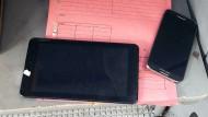 Beschlagnahmt: Smartphones und Tablet von Nutzern, die Hass-Postings geschrieben und gesendet haben sollen