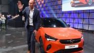 """Hofft auf """"Volkselektroauto"""": Opel-Chef Lohscheller mit dem neuen Corsa-e"""