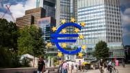 So beliebt wie umstritten: Euro-Skulptur vor der alten EZB