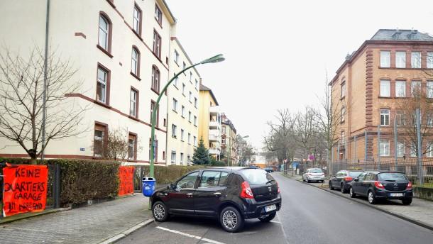 Quartiersgarage - Streit um die geplante Garage im Nordend wegen der geplanten Baumfällungen auf dem Schulhof der Glauburgschule, unter dem die Garage angelegt werden soll