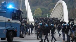 Escortservice: Italienische Polizisten begleiten Eintracht-Anhänger ins Stadion