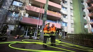 Feuer in Hochhaus fordert 20 Verletzte