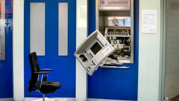 Quartett mit Sportwagen sprengt Geldautomaten