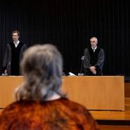 Hartes Strafmaß: Im Vorfeld der Urteilsverkündung stehen die Richter Dr. Peter Graßmück (rechts) und Dr. Niels Höra (links) vor der Angeklagten.